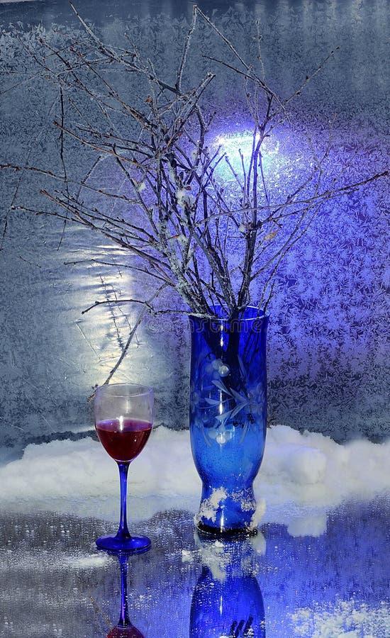 仍然1寿命 冬天花束 蓝色花瓶 抽象玻璃图象酒 雪 冷 库存照片