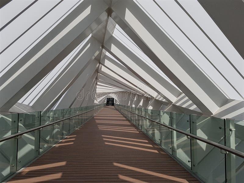从一个人行桥里边的看法与一个非常详细的设计:扭转的结构 免版税库存图片