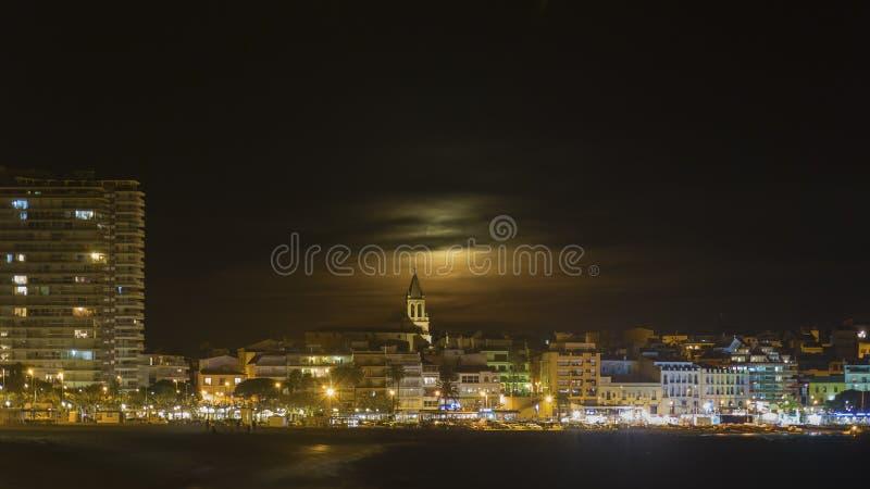 从一个小地中海镇Palamos的夜场面在西班牙 免版税库存照片