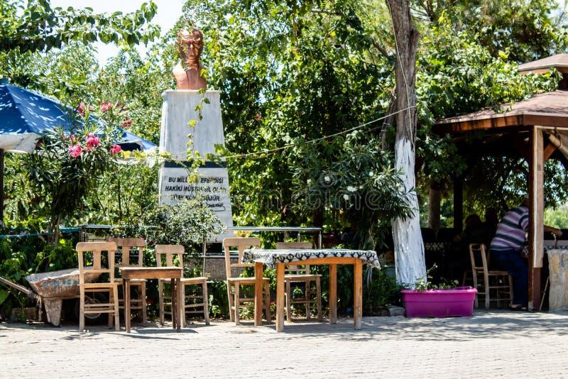 从一个小村庄的中心正方形有ataturk雕象的 库存照片
