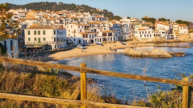 从一个小西班牙村庄的美丽如画的风景在沿海的布拉瓦海岸,卡莱利亚de帕拉弗鲁赫尔 免版税图库摄影