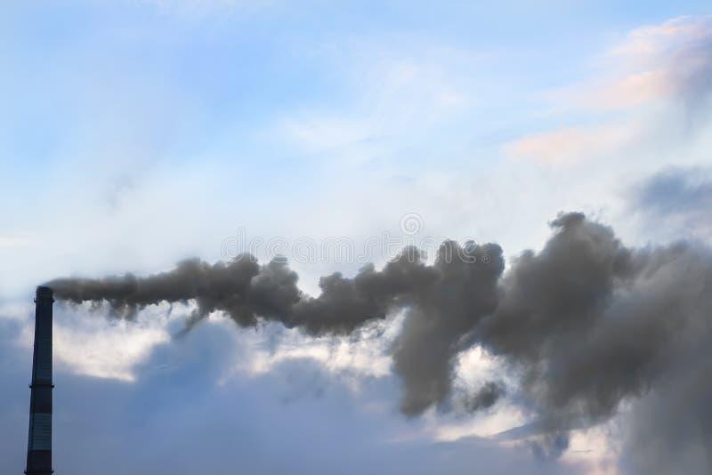 从一个工业管子的肮脏的烟 免版税库存照片