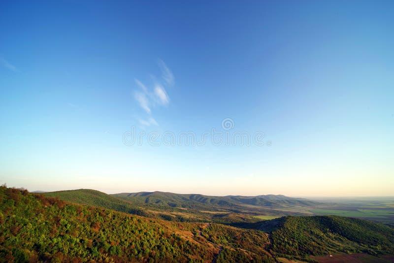 从一个晴朗的下午的Siria堡垒看见的扎兰德山 免版税库存照片
