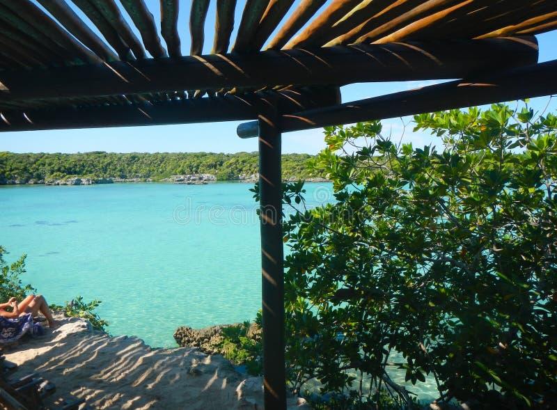 从一个木游廊下面的美好的加勒比海湾视图 免版税库存图片