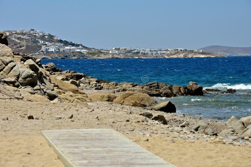 从一个沙滩的海景在米科诺斯岛 免版税库存照片