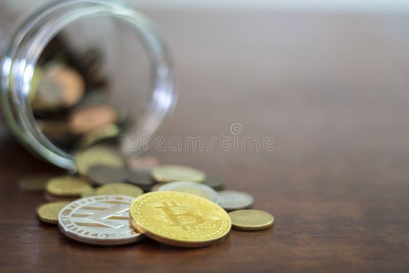从一个玻璃瓶子溢出的Bitcoin和Litecoin 库存图片