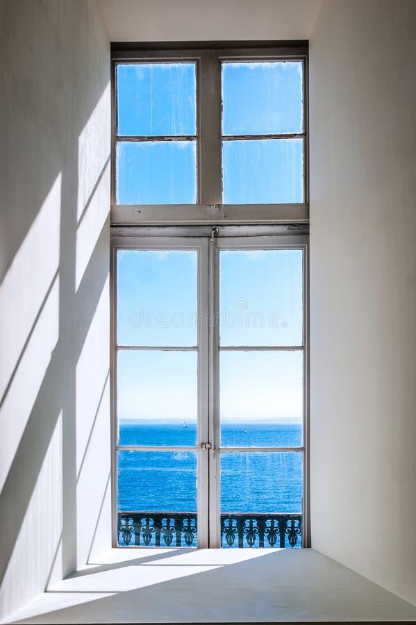 从一个窗口的塔霍河在里斯本,葡萄牙 免版税库存照片