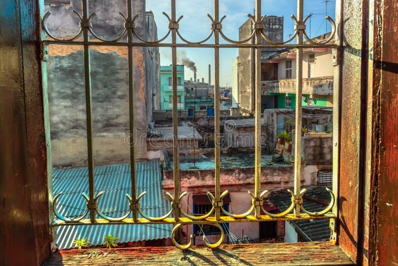 从一个窗口的看法与在老透雕细工格栅,刮, dilapid 库存照片