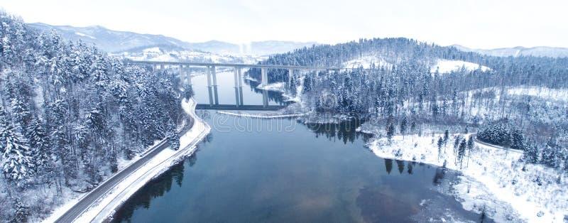 从一个美丽的湖的寄生虫的鸟瞰图山的在冬时 库存照片