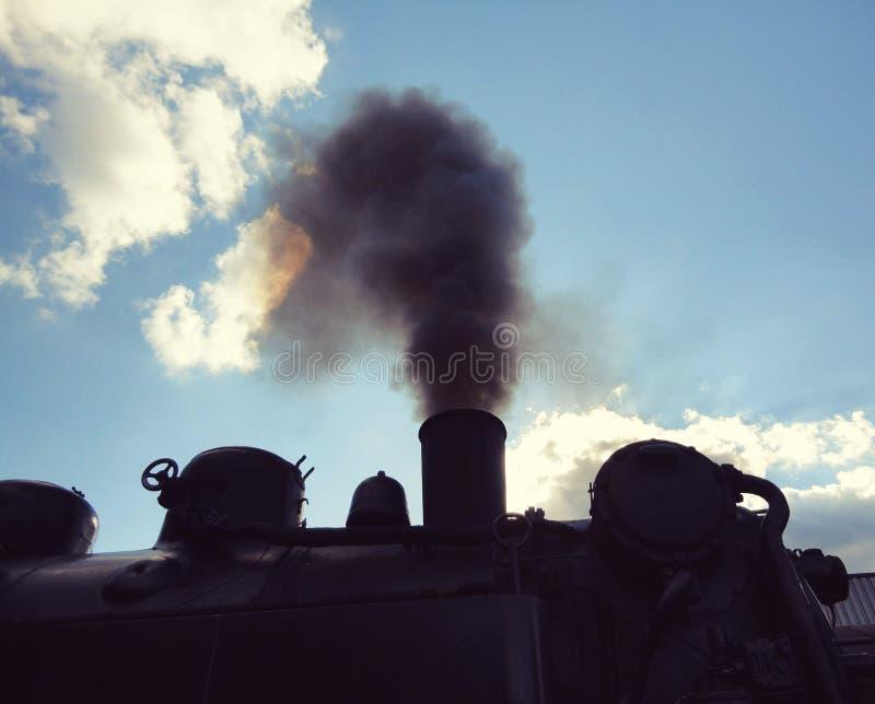 从一个老机车的蒸汽 免版税库存照片
