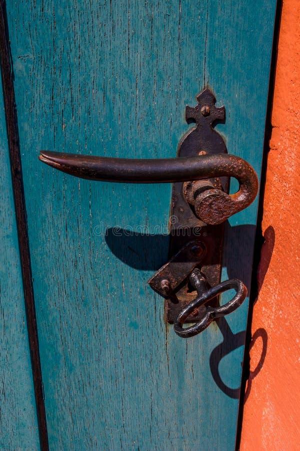 从一个老门的细节与一把巨型钥匙 库存照片