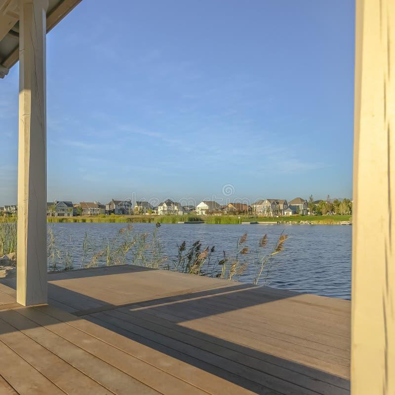 从一个被日光照射了露台观看的风景Oquirrh湖 免版税库存图片