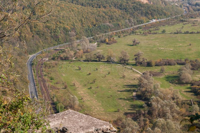 从一个高观察点和森林的路视图 库存照片