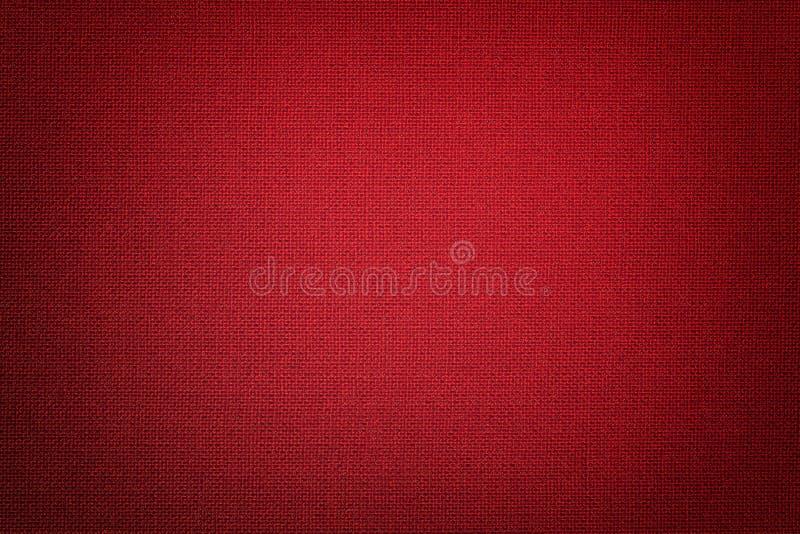 从一份纺织材料的深红背景与柳条样式,特写镜头 免版税库存照片