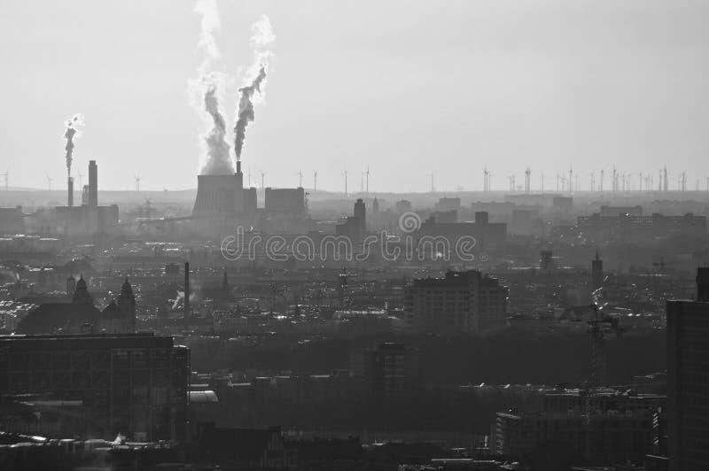 从一套工厂设备的大气污染在柏林,德国 免版税图库摄影