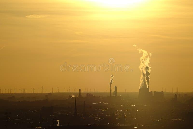 从一套工厂设备的大气污染在柏林,德国 免版税库存照片
