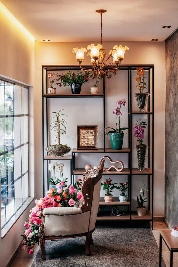 从一家精妙的花店的一vitrine 免版税图库摄影