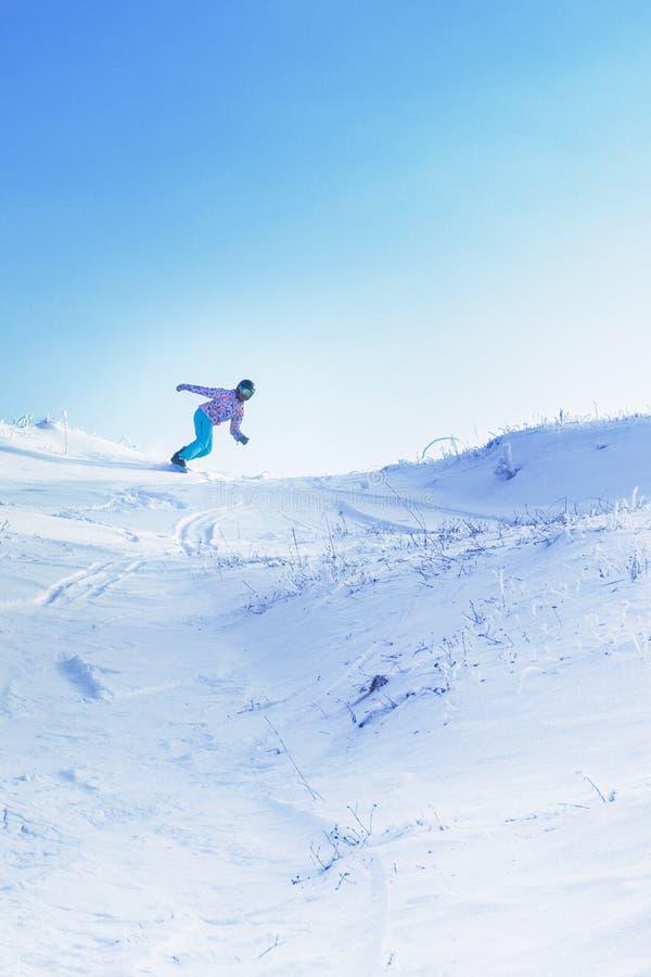 从一座高多雪的山的一挡雪板乘驾在蓝天下 免版税库存图片