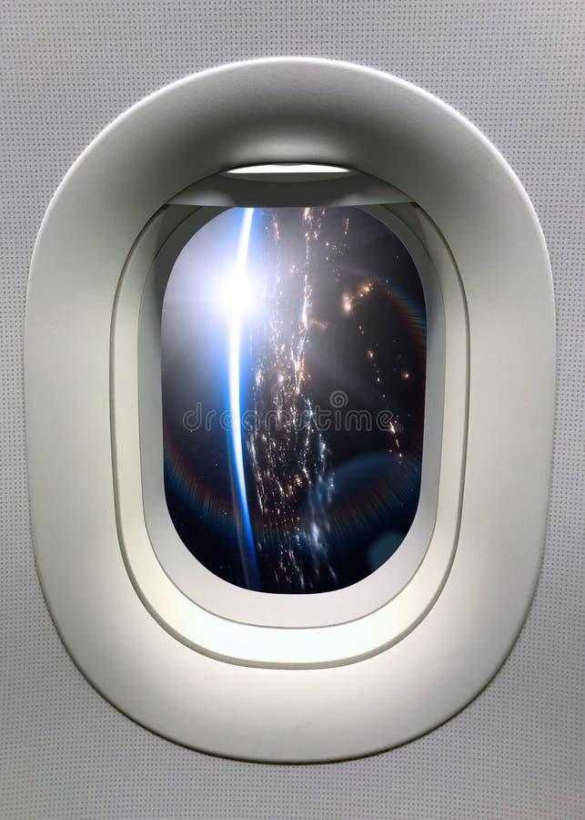 从一扇舷窗的看法在夜地球行星 美国航空航天局装备的这个图象的元素 免版税库存照片