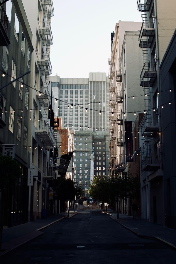 从一条平的街道的射击在旧金山,加利福尼亚以伸出电灯泡 库存图片