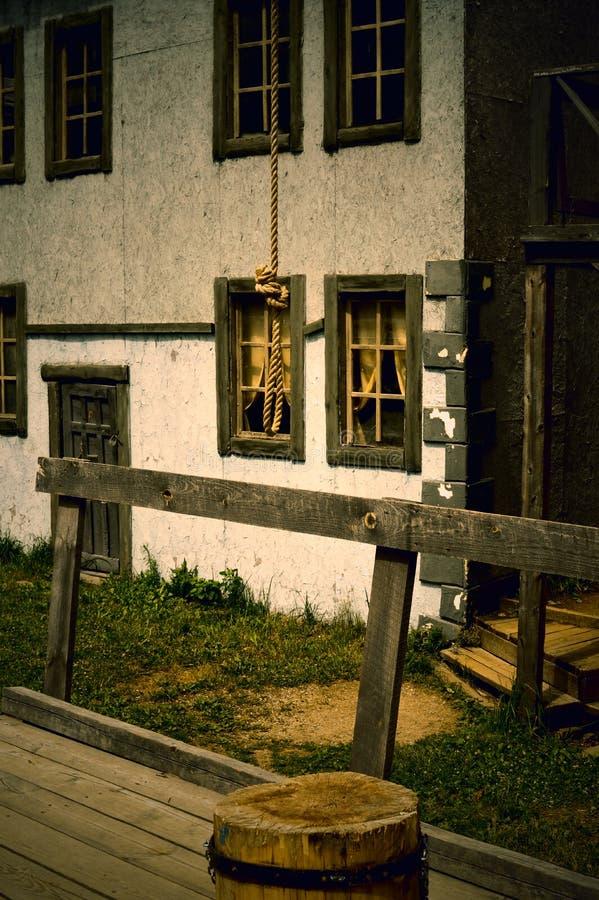 从一条绳索的圈绞刑台的被吊死的人的 免版税库存图片