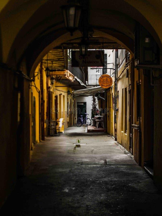 从一条街道的黄色走廊开头在科希策,斯洛伐克街景画 免版税库存图片