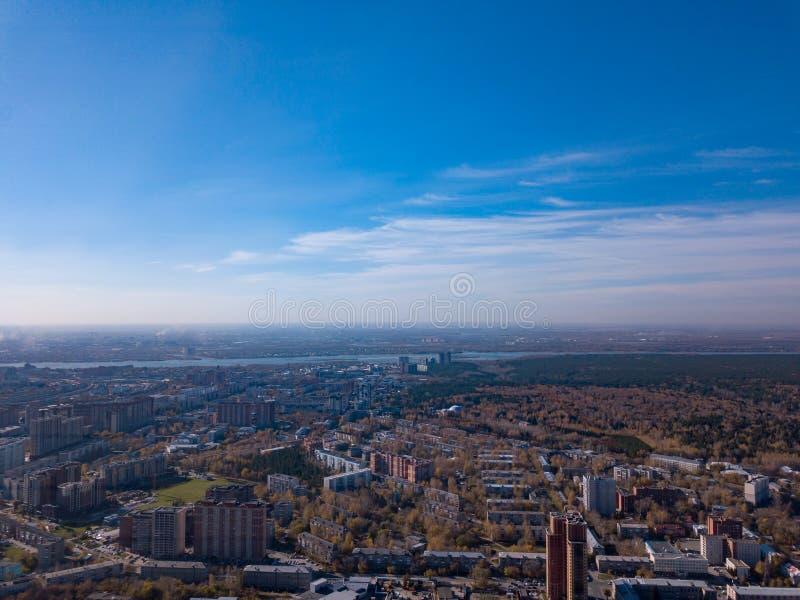 从一条鸟鞭子,有染黄的树的,绿色草坪,多层的大厦,a一个公园的高度的风景在都市周围的 图库摄影