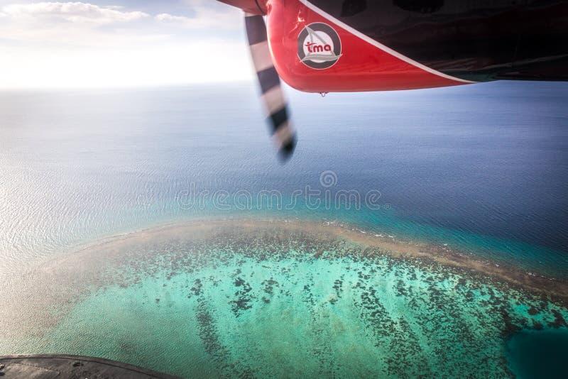 从一架水上飞机的鸟瞰图在马尔代夫的海洋盐水湖 美丽的大海在背景中 库存图片