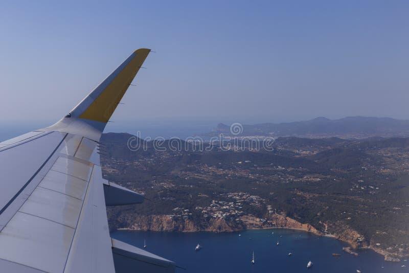 从一架窗口飞机的鸟瞰图在飞行期间 上面伊维萨岛风景在西班牙 r 免版税库存图片