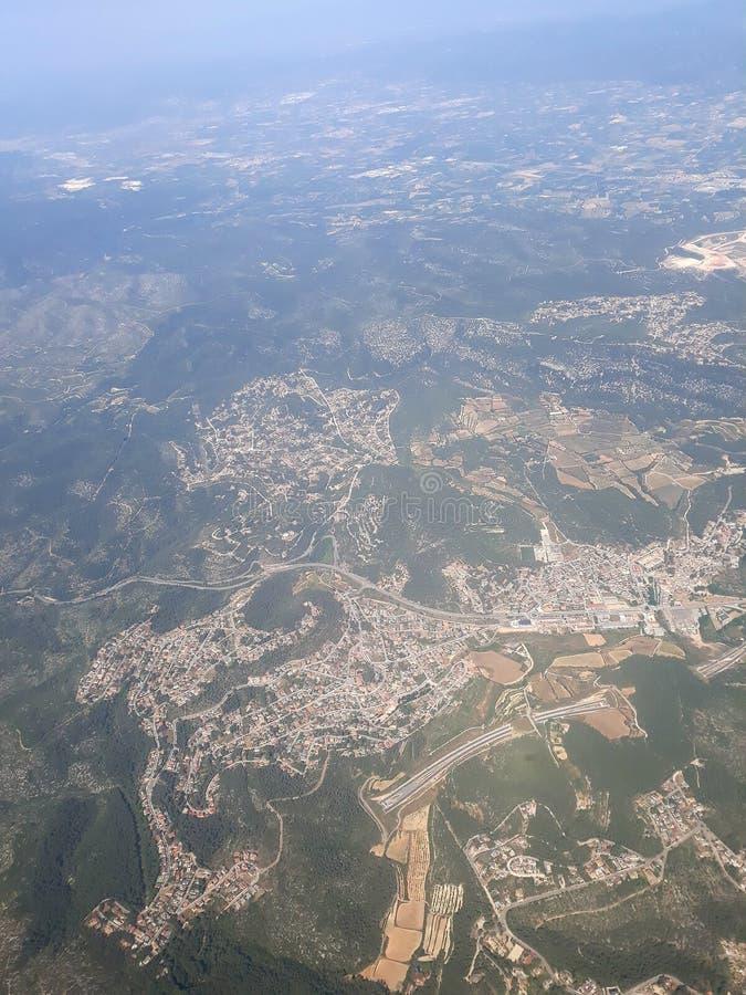 从一架飞行飞机的顶视图向巴塞罗那 库存图片
