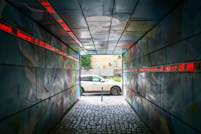 从一栋居民住房的黑暗的曲拱的看法,墙壁和天花板绘与复杂颜色样式 免版税图库摄影