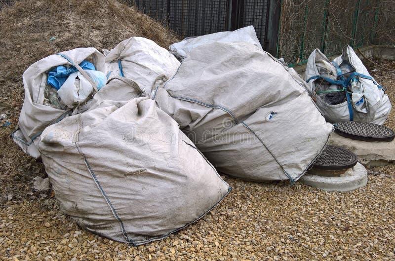 从一综合性袋装的大工业袋子用垃圾填好  免版税库存照片