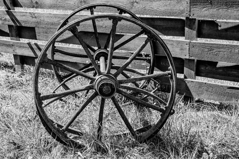从一辆老无盖货车的木轮子 库存照片