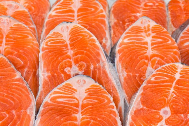 从三文鱼的牛排在冰 库存图片