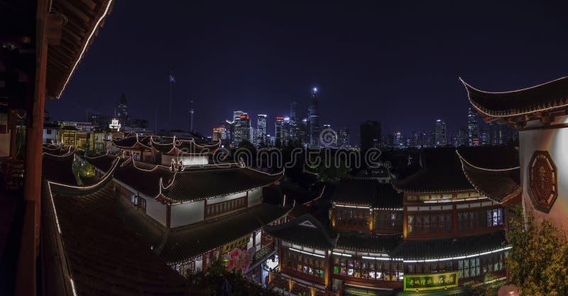 从上海老市的看法普东区现代摩天大楼的  免版税库存照片