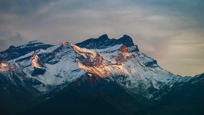 从上面在云彩, natura的美好的高山峰顶视图 库存图片