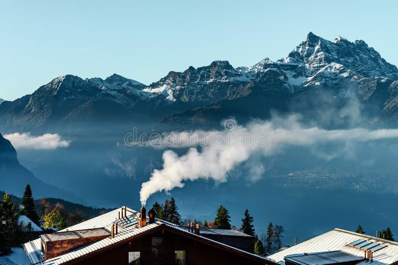 从上面在云彩, natura的美好的高山峰顶视图 免版税图库摄影