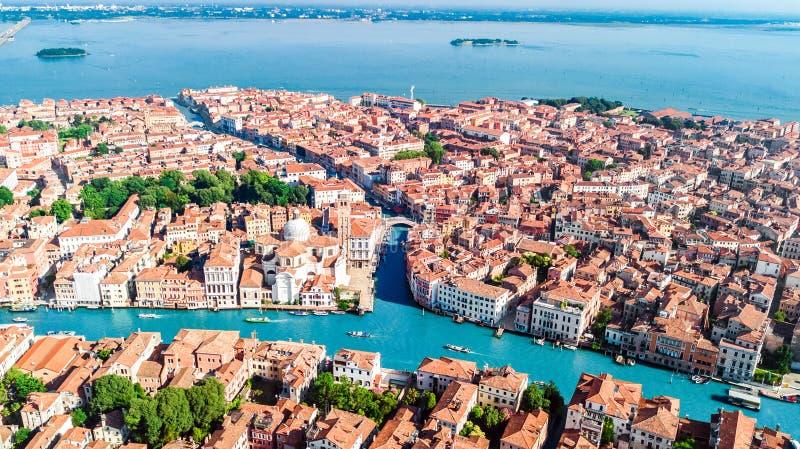 从上面威尼斯市大运河,海岛都市风景和威尼斯式盐水湖空中寄生虫视图,意大利 免版税库存图片