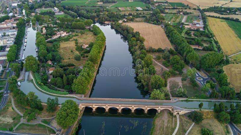 从上面河、运河du密地和桥梁空中顶视图,贝济耶镇在南法国 免版税库存图片