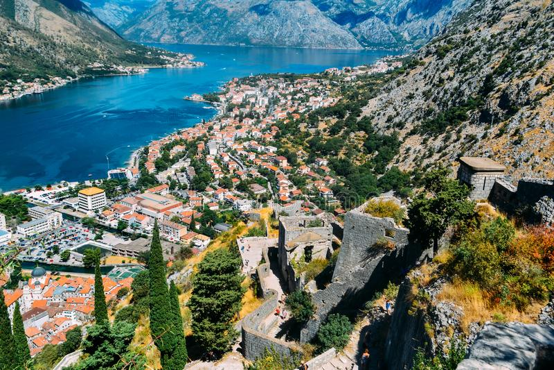 从下来小山的上面的看法对堡垒、镇和科托尔海湾  免版税库存图片