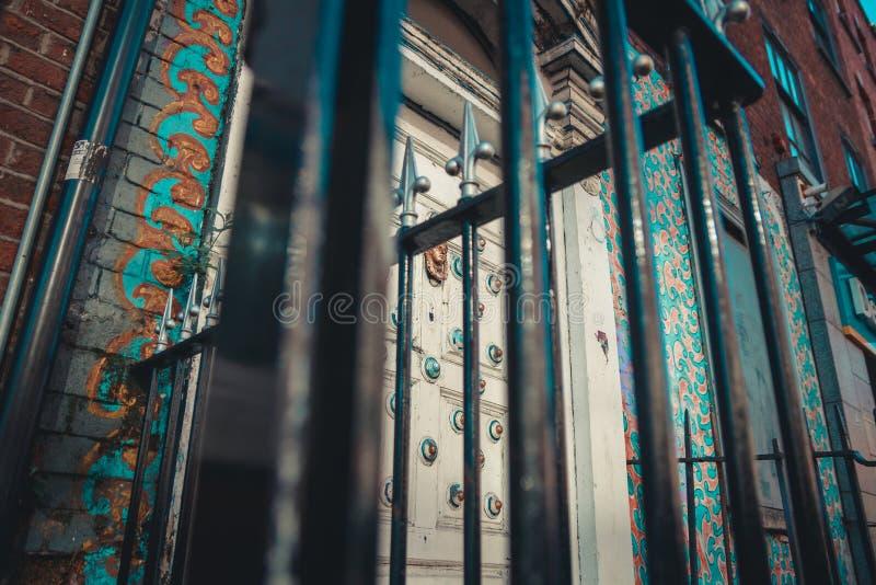 从下面射击在门前面的铁门 免版税库存图片