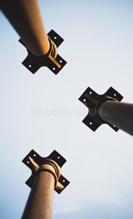 从下面指向天空展示的三根金属柱子 库存图片