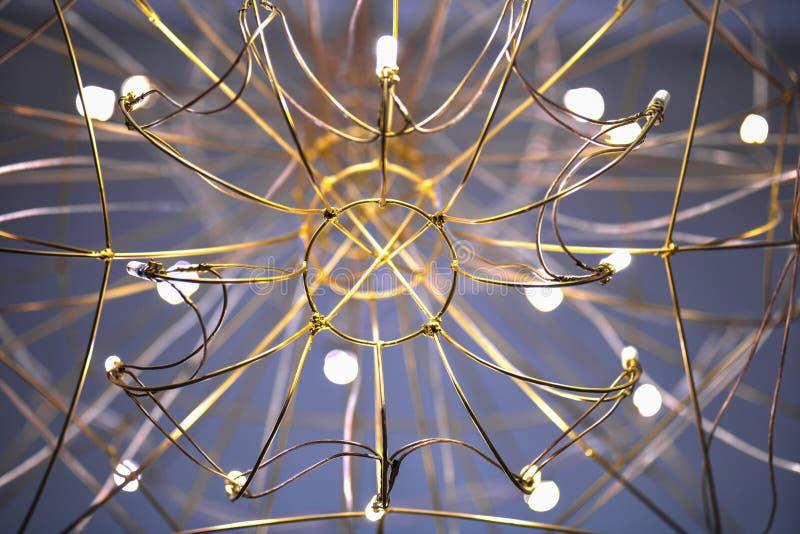 从下面枝形吊灯的看法,以网特写镜头的形式枝形吊灯 免版税图库摄影