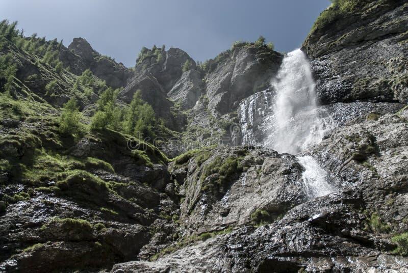 从下面被看见的山瀑布 免版税库存图片