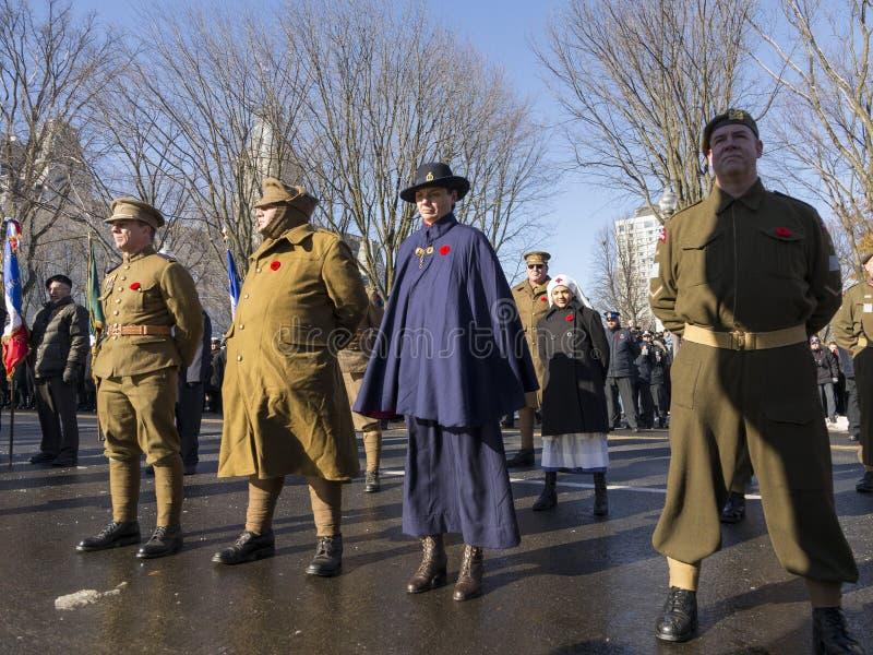从不同的军团的退伍军人和少女佩带的葡萄酒军事和护士制服 库存图片