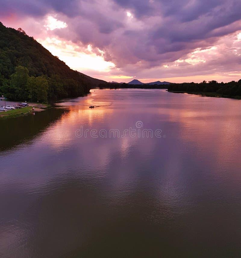从两条河公园桥梁的石峰山 免版税库存图片
