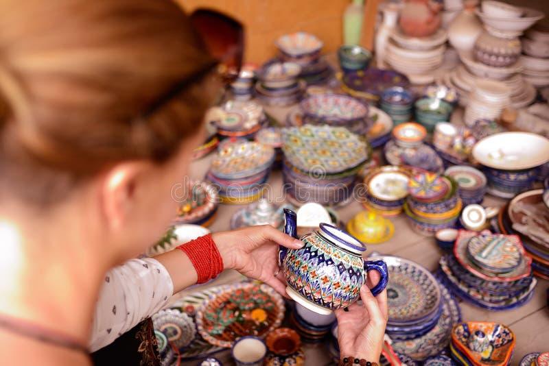 从中亚,菲尔干纳,乌兹别克斯坦,丝绸之路的手工制造纪念品 免版税库存照片