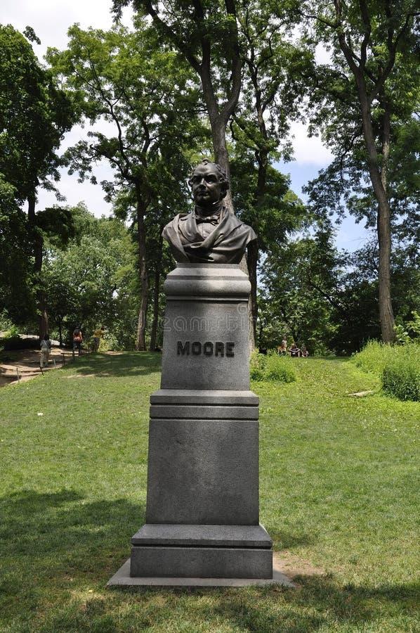 从中央公园的托马斯穆尔雕象在从纽约的曼哈顿中城在美国 库存照片