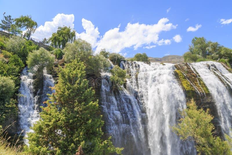 从中间的Tortum Uzundere瀑布在埃尔祖鲁姆,土耳其 库存图片