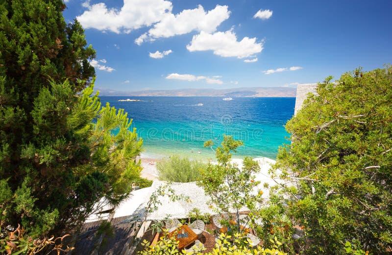 从九头蛇海岛的看法 帝堡城九头蛇和Kamini海滩 ?? 免版税图库摄影